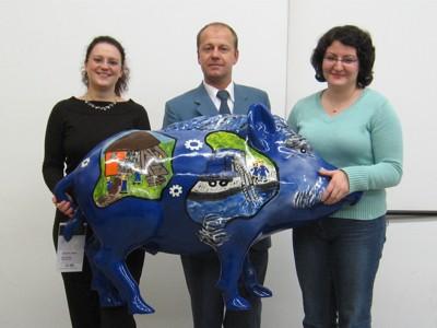 Spenderin Sarah Schwinn (links), Ortsbeauftragter Ulrich Schaffer und Christina Fried (rechts) mit dem THW-Eber