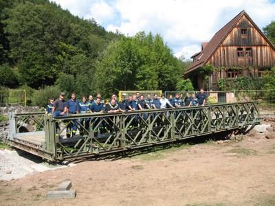 Baumanschaft auf der fertigen Brücke