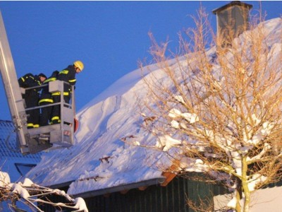 Befreien eines Privathauses von der Schneelast
