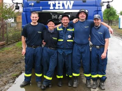 Raphael Kaufmann (1. v.l.) snd Achim Link (1. v.r.) mit ihren Schichtkollegen im polnischen Überflutungsgebiet