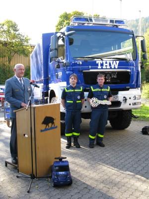 Landeshelfersprecher Walter Nock vor dem neuen Mehrzweckkraftwagen mit Kraftfahrer Oliver Müller und Gruppenführer Matthias Hofmann