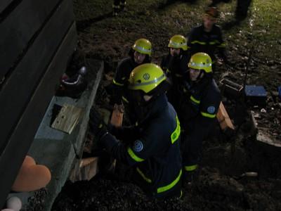 Helfer beim Unterbauen der Überdachung