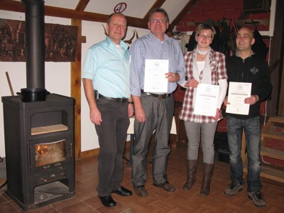 Ortsbeauftragter Ulrich Schaffer mit den Geehrten Ulf Papritz, Stefanie Müller und Maic Ahner