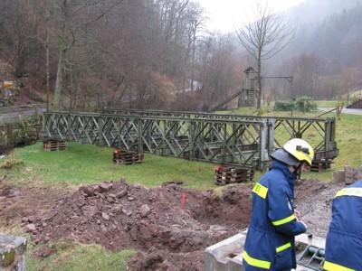 Die Brücke wurde bereits zuvor mit einem Kran von ihrem Fundament gehoben