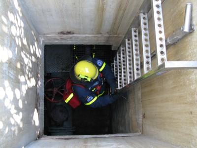 Truppführer Markus Hofmann beim Abstieg zur Erkundung des Regenwasserrückhaltebeckens an der Berufsschule