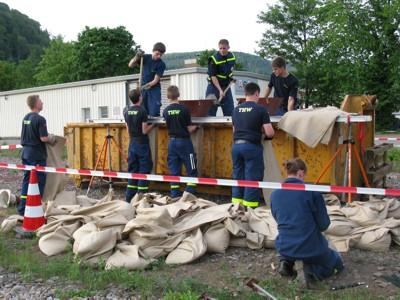 Die 1. Bergungsgruppe beim Füllen der Sandsäcke für den zweiten Übungstag