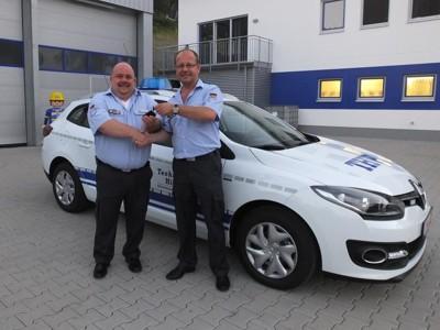 Ulrich Schaffer, Vorsitzender des THW Förderverein Eberbach e.V., übergibt den Fahrzeugschlüssel an den stellv. Ortsbeauftragten Markus Haas