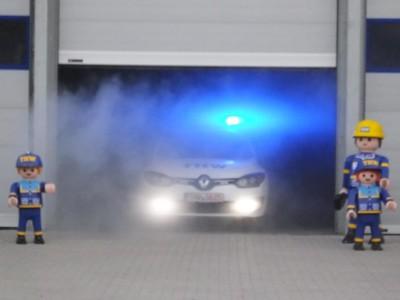 Das neue Fahrzeug war in der Fahrzeughalle versteckt, die Übergabe wurde mit Nebel inszeniert
