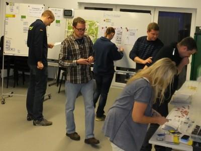 Teilnehmer bei einer Gruppenarbeit