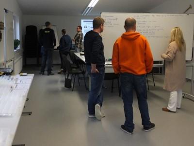 Teilnehmer bei einer weiteren Gruppenarbeit