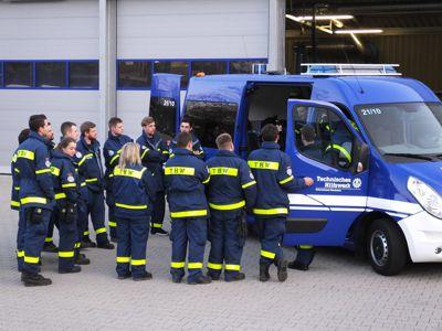 Die Helfer werden in die Bedienung des neuen Fahrzeugs eingewiesen