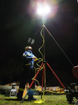 Ein Helfer beim Einstellen des Leuchtbereichs im laufenden Betrieb