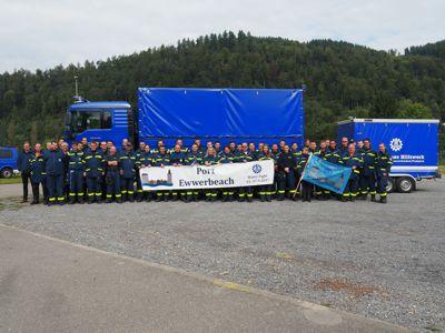 Die Übungsteilnehmer mit den –organisatoren vor einem Mehrzweckkraftwagen mit angehängter Hochleistungspumpe