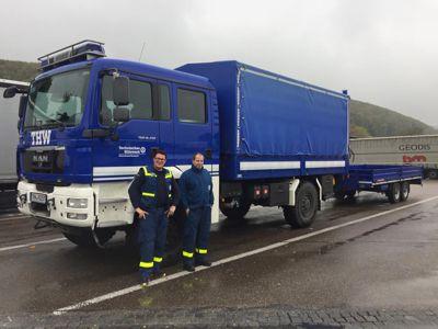 Björn Fellhauer (l) und Achim Link (r) aus Eberbach vor dem Eberbacher Mannschaftslastwagen