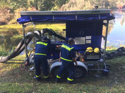 Achim Link (r) und ein weiterer THW-Helfer beim Betrieb einer Hochleistungspumpe des THW OV Rottenburg