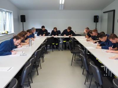 Der theoretische Teil der Prüfung fand im großen Saal der THW-Unterkunft in Eberbach statt