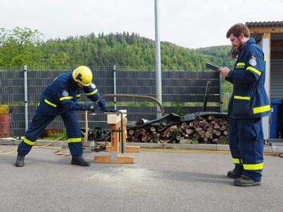 Das Ablängen eines Kantholzes gehört zum praktischen Teil der Prüfung