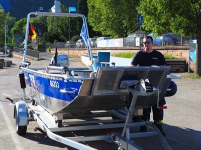 Björn Fellhauer (Gruppenführer der ÖGA Boot) erklärt die Funktionen des neu angeschafften Boots