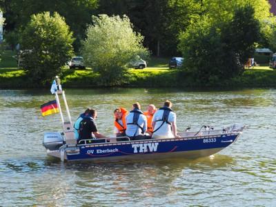 Zwei Vertreter des THW Förderverein Eberbach, Bürgermeister Peter Reichert und drei Spender bei der Jungfernfahrt auf dem Neckar