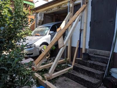 Die Garagenrückwand wurde mit Holzbalken abgestützt