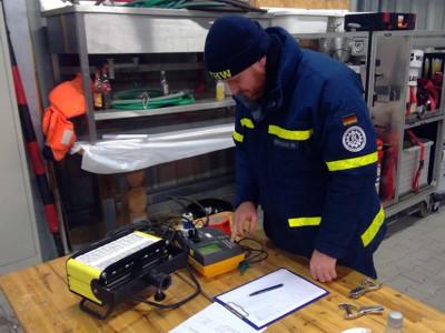 Ein LED-Strahler wird auf elektrische Sicherheit geprüft