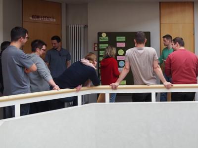 Die Teilnehmer erarbeiten den Unterschied zwischen einer Gruppe und einem Team