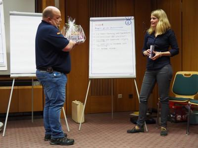 Ortsbeauftragter Markus Haas überreicht ein Präsent an Referentin Simone Steinhäuser