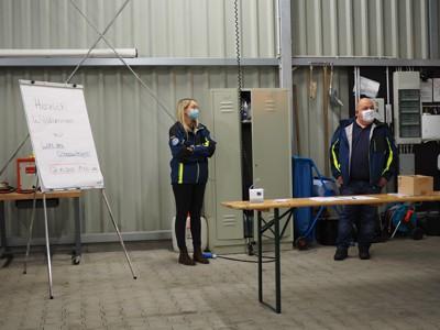 Helfersprecherin Luisa Haas und Ortsbeauftragter Markus Haas bei der Begrüßung der Wahlberechtigten