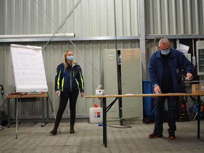 Helfersprecherin Luisa Haas und Regionalstellenleiter Markus Jaugitz bei der Auszählung der Wahlstimmen
