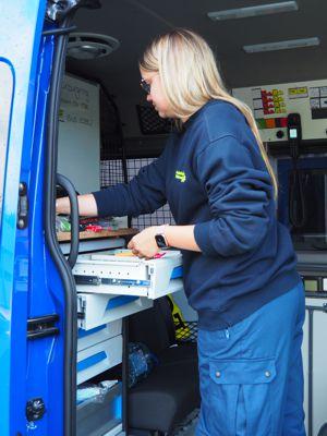 Der Mannschaftstransportwagen, eine mobile Einsatzzentrale, wird für den nächsten Einsatz vorbereitet